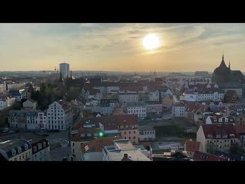 Glocken schlagen über Rostocks Dächern